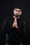 Χαρισματικός τύπος σε ένα μαύρο πουλόβερ, συγκινήσεις στοκ φωτογραφίες