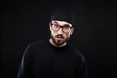 Χαρισματικός τύπος σε ένα μαύρο πουλόβερ, συγκινήσεις στοκ φωτογραφία με δικαίωμα ελεύθερης χρήσης