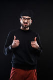 Χαρισματικός τύπος σε ένα μαύρο πουλόβερ, συγκινήσεις στοκ εικόνα με δικαίωμα ελεύθερης χρήσης