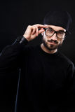 Χαρισματικός τύπος σε ένα μαύρο πουλόβερ, συγκινήσεις στοκ εικόνες