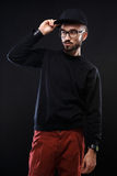 Χαρισματικός τύπος σε ένα μαύρο πουλόβερ, συγκινήσεις στοκ φωτογραφίες με δικαίωμα ελεύθερης χρήσης
