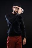 Χαρισματικός τύπος στο πουλόβερ, κάμερα φωτογραφιών γυαλιών στοκ φωτογραφίες
