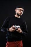 Χαρισματικός τύπος στο πουλόβερ, κάμερα φωτογραφιών γυαλιών στοκ φωτογραφία με δικαίωμα ελεύθερης χρήσης