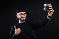 Χαρισματικός τύπος στο πουλόβερ, κάμερα φωτογραφιών γυαλιών στοκ εικόνα με δικαίωμα ελεύθερης χρήσης
