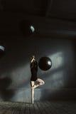 Χαρισματικός χορευτής μπαλέτου που εκφράζει τη θηλυκότητα στο στούντιο στοκ εικόνες
