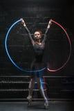 Χαρισματικός χορευτής μπαλέτου που χορεύει με μια ζωηρόχρωμη γυμναστική κορδέλλα στοκ φωτογραφία με δικαίωμα ελεύθερης χρήσης