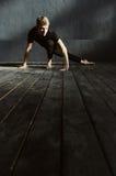 Χαρισματικός χορευτής που παρουσιάζει δυνατότητές του στο στούντιο στοκ εικόνα με δικαίωμα ελεύθερης χρήσης