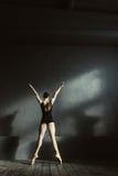 Χαρισματικό τέντωμα χορευτών μπαλέτου στο στούντιο στοκ εικόνες