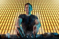 Χαρισματικό jockey δίσκων στην περιστροφική πλάκα Παιχνίδια του DJ στο καλύτερο, Στοκ εικόνες με δικαίωμα ελεύθερης χρήσης