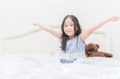 Χαριτωμένα ίχνη κοριτσιών επάνω το πρωί Στοκ εικόνα με δικαίωμα ελεύθερης χρήσης