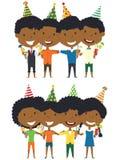 Χαριτωμένα αγόρια και κορίτσια αφροαμερικάνων που αγκαλιάζουν και που κρατούν μη -μη-alc Στοκ Εικόνες