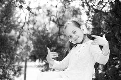 χαριτωμένα ακουστικά κοριτσιών απόλαυσης λίγη χρησιμοποίηση μουσικής Στοκ Φωτογραφίες