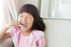 Χαριτωμένα δόντια βουρτσών κοριτσιών Στοκ Φωτογραφία