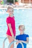 Χαριτωμένα ευτυχή κορίτσια στη λίμνη Στοκ φωτογραφίες με δικαίωμα ελεύθερης χρήσης