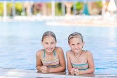 Χαριτωμένα ευτυχή κορίτσια στη λίμνη Στοκ φωτογραφία με δικαίωμα ελεύθερης χρήσης