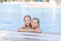 Χαριτωμένα ευτυχή κορίτσια στη λίμνη Στοκ εικόνες με δικαίωμα ελεύθερης χρήσης