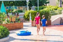 Χαριτωμένα ευτυχή κορίτσια στη διασκέδαση aquapark Στοκ εικόνες με δικαίωμα ελεύθερης χρήσης