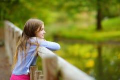 Χαριτωμένα ζώα προσοχής μικρών κοριτσιών στο ζωολογικό κήπο τη θερμή και ηλιόλουστη θερινή ημέρα Ζώα ζωολογικών κήπων προσοχής πα Στοκ φωτογραφία με δικαίωμα ελεύθερης χρήσης