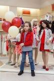 Χαριτωμένα κορίτσια με τις στάσεις μπαλονιών με τα μανεκέν στοκ φωτογραφία με δικαίωμα ελεύθερης χρήσης