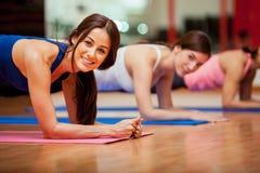 Χαριτωμένα κορίτσια που επιλύουν σε μια γυμναστική στοκ φωτογραφίες