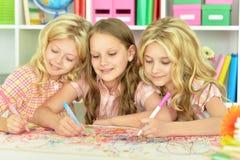 Χαριτωμένα κορίτσια που σύρουν με τα μολύβια Στοκ Φωτογραφίες