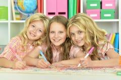 Χαριτωμένα κορίτσια που σύρουν με τα μολύβια Στοκ φωτογραφία με δικαίωμα ελεύθερης χρήσης