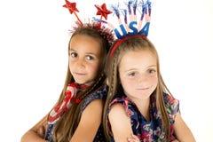 Χαριτωμένα κορίτσια που φορούν αμερικανικά πατριωτικά headbands πλάτη με πλάτη Στοκ φωτογραφίες με δικαίωμα ελεύθερης χρήσης