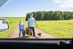 Χαριτωμένα κορίτσι και αγόρι με το σκυλί στο δρόμο στοκ εικόνα