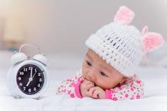 χαριτωμένα κοριτσάκι και ξυπνητήρι ξυπνήστε το πρωί Στοκ εικόνες με δικαίωμα ελεύθερης χρήσης