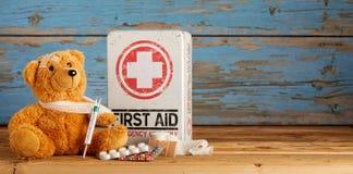 Χαριτωμένα λίγα teddy αντέχουν τις λαμβάνουσες πρώτες βοήθειες Στοκ φωτογραφία με δικαίωμα ελεύθερης χρήσης