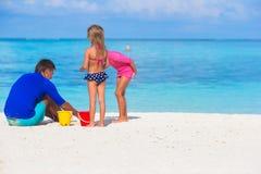 Χαριτωμένα μικρά κορίτσια που έχουν τη διασκέδαση με τον μπαμπά στο λευκό Στοκ Εικόνες