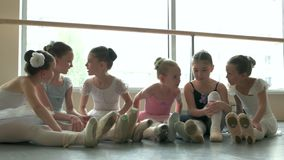 Χαριτωμένα μικρά ballerinas που στηρίζονται στο πάτωμα απόθεμα βίντεο