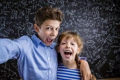 Χαριτωμένα μικρό παιδί και κορίτσι μπροστά από έναν μεγάλο Στοκ εικόνα με δικαίωμα ελεύθερης χρήσης
