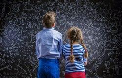 Χαριτωμένα μικρό παιδί και κορίτσι μπροστά από έναν μεγάλο Στοκ φωτογραφίες με δικαίωμα ελεύθερης χρήσης