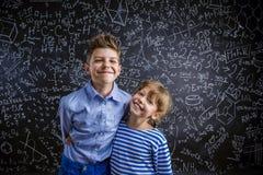 Χαριτωμένα μικρό παιδί και κορίτσι μπροστά από έναν μεγάλο Στοκ Εικόνες