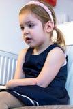 Χαριτωμένα ξανθά κινούμενα σχέδια προσοχής κοριτσιών σε ένα PC Στοκ εικόνες με δικαίωμα ελεύθερης χρήσης