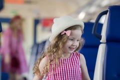 Χαριτωμένα ξανθά τρεξίματα μικρών κοριτσιών μακρυά από τη μητέρα της στο τραίνο Στοκ φωτογραφίες με δικαίωμα ελεύθερης χρήσης