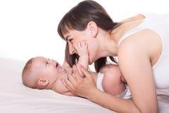 Χαριτωμένα οικογενειακά μητέρα και μωρό Στοκ φωτογραφίες με δικαίωμα ελεύθερης χρήσης