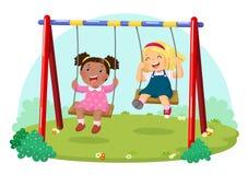 Χαριτωμένα παιδιά που έχουν τη διασκέδαση στην ταλάντευση στην παιδική χαρά απεικόνιση αποθεμάτων
