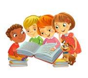 Χαριτωμένα παιδιά που διαβάζουν τα βιβλία Στοκ φωτογραφία με δικαίωμα ελεύθερης χρήσης