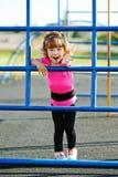 Χαριτωμένα παιχνίδια μικρών κοριτσιών στην παιδική χαρά Στοκ εικόνα με δικαίωμα ελεύθερης χρήσης