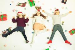 Χαριτωμένα παιδάκια Παρασκευής Χαρούμενα Χριστούγεννας 2016 μαύρα Στοκ φωτογραφία με δικαίωμα ελεύθερης χρήσης