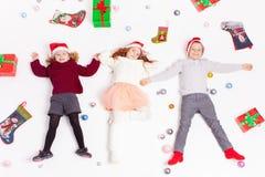 Χαριτωμένα παιδάκια Παρασκευής Χαρούμενα Χριστούγεννας 2016 μαύρα Στοκ φωτογραφίες με δικαίωμα ελεύθερης χρήσης