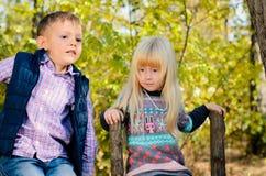 Χαριτωμένα παιδάκια στη μόδα φθινοπώρου στον κήπο Στοκ φωτογραφία με δικαίωμα ελεύθερης χρήσης