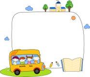 Χαριτωμένα παιδιά κινούμενων σχεδίων και πλαίσιο σχολικών λεωφορείων Στοκ φωτογραφία με δικαίωμα ελεύθερης χρήσης