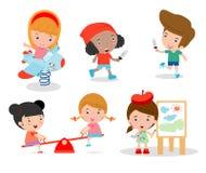 Χαριτωμένα παιδιά που παίζουν με τα παιχνίδια στην παιδική χαρά, παιδιά στο πάρκο Στοκ Φωτογραφία