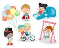 Χαριτωμένα παιδιά που παίζουν με τα παιχνίδια στην παιδική χαρά, παιδιά στο πάρκο Στοκ εικόνες με δικαίωμα ελεύθερης χρήσης