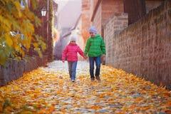 Χαριτωμένα παιδιά που περπατούν στην πόλη φθινοπώρου Στοκ φωτογραφία με δικαίωμα ελεύθερης χρήσης