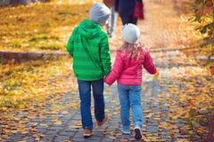 Χαριτωμένα παιδιά που περπατούν στην πόλη φθινοπώρου Στοκ Φωτογραφία