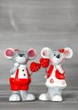 Χαριτωμένα ποντίκια με τις κόκκινες καρδιές Διακόσμηση ημέρας βαλεντίνων αγάπης Στοκ Εικόνα